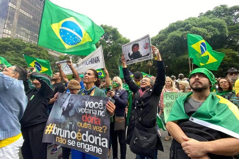 """Grupo protesta na Avenida Paulista em ato contra o governador João Doria; """"vachina"""" foi o principal mote da manifestação"""