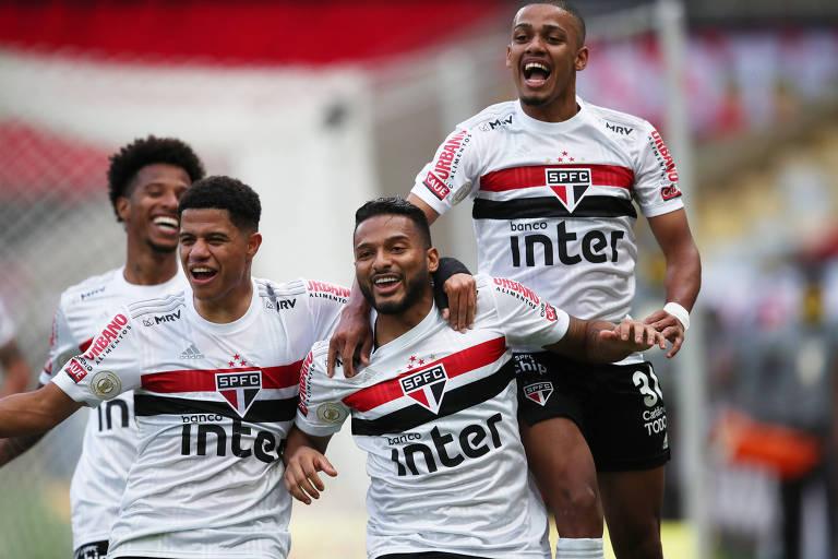 Reinaldo (no centro) comemora o terceiro gol do São Paulo no Maracanã