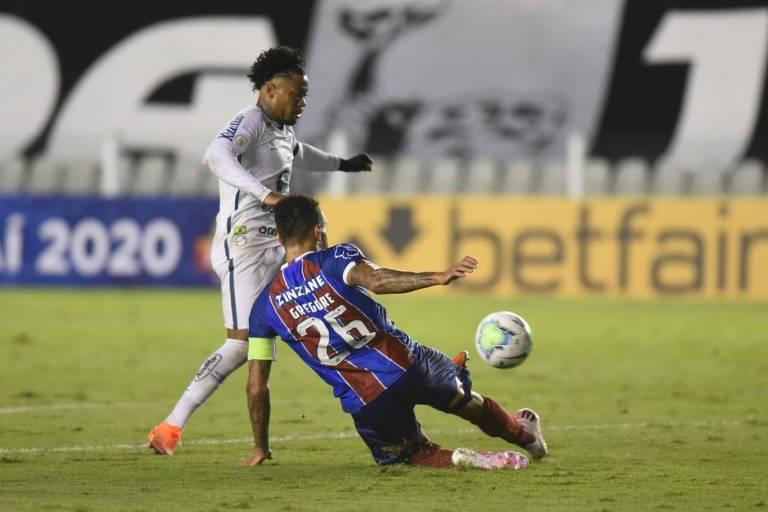 Marinho disputa bola em lance da partida do Santos com o Bahia, na Vila Belmiro