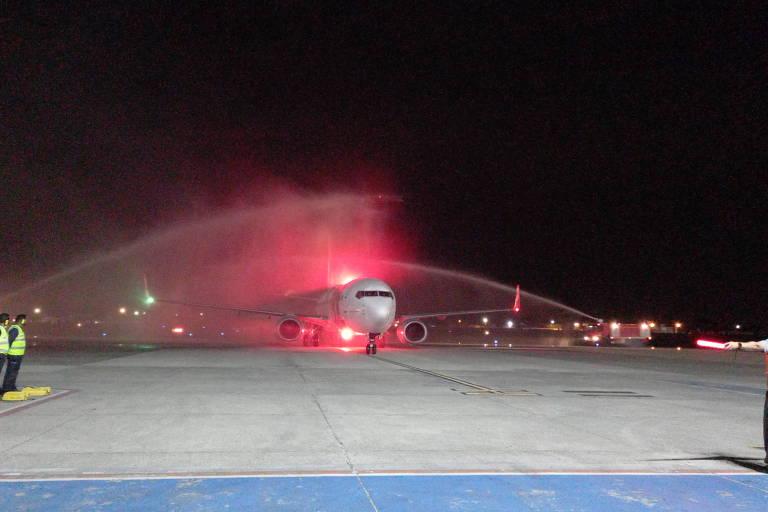 Avião pousando em Porto Seguro e sendo recebido com jatos de água