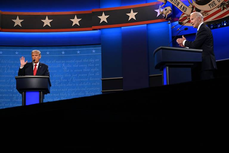 O presidente Donald Trump, à esq., e o candidato democrata Joe Biden durante debate em Nashville, no Tennessee