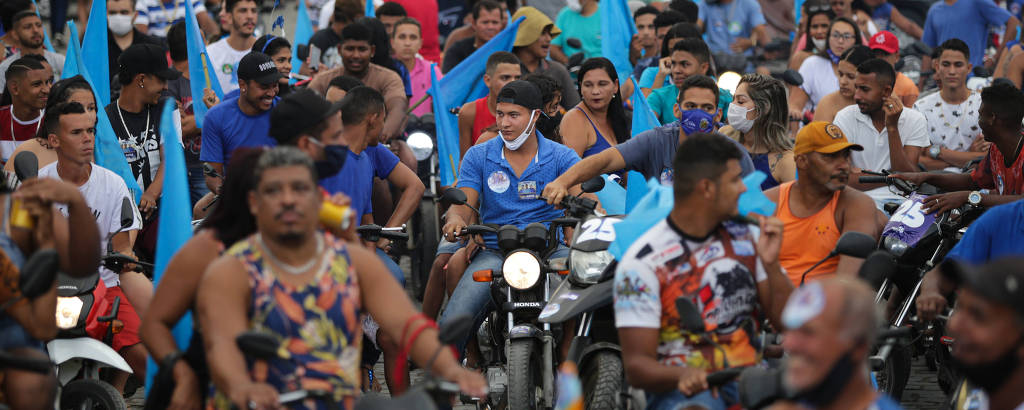 Apoiadores do atual prefeito Vinícius Ibrann (DEM), durante concentração de carreata em Buerarema