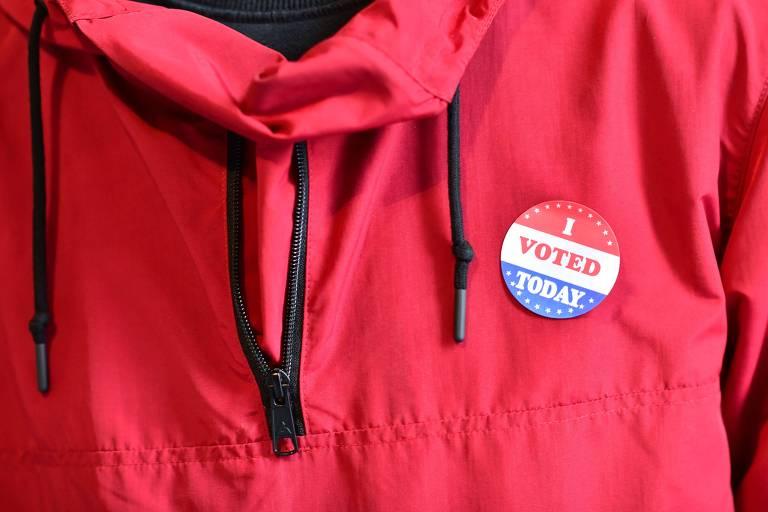 Eleitor usa adesivo com a frase 'eu votei hoje' após depositar voto na Filadélfia, na Pensilvânia