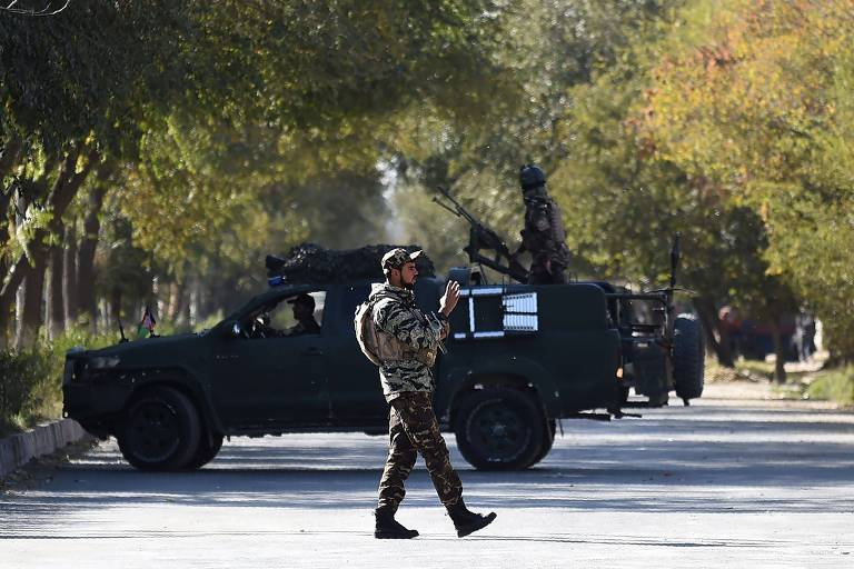 Membro de força de segurança do lado de fora da Universidade de Cabul, no Afeganistão