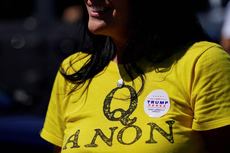 Apoiadora de Donald Trump veste camiseta com inscrição da teoria da conspiração QAnon, em Adairsville, na Geórgia