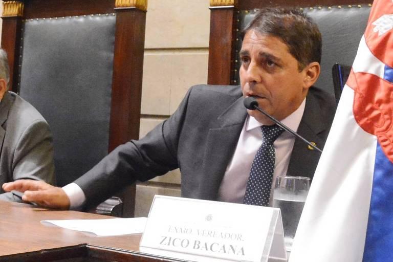 Homem em mesa na Câmara dos Vereadores