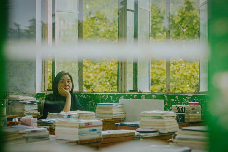 Cena de filme Jia Zhangke, 'Nadando Até o Mar se Tornar Azul'