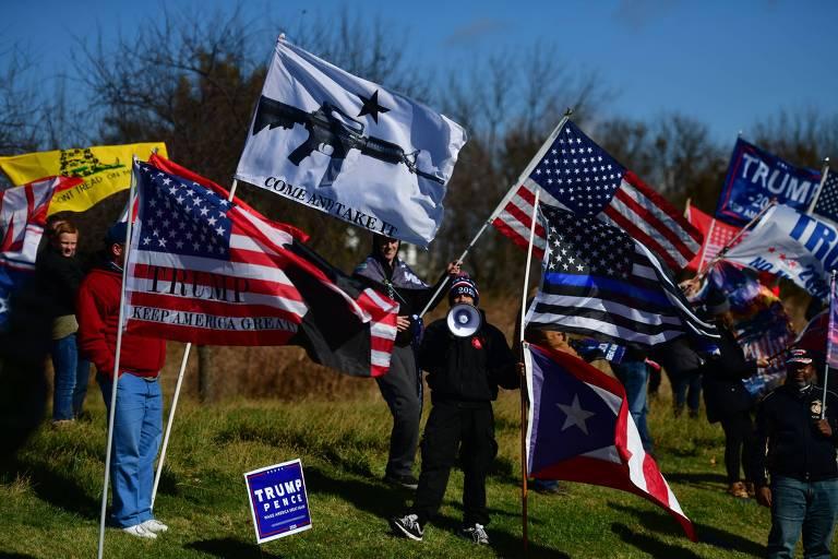 Apoiadores do presidente Donald Trump protestam em frente a local onde a candidata a vice na chapa democrata, Kamala Harris, faz comício, na Pensilvânia