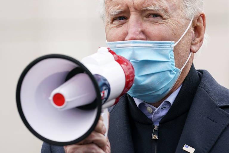 De máscara, Biden fala no megafone