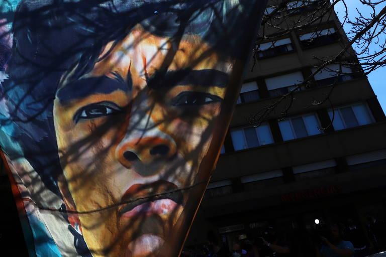 Bandeira com foto de Diego Maradona em frente a clínica onde ele está internado