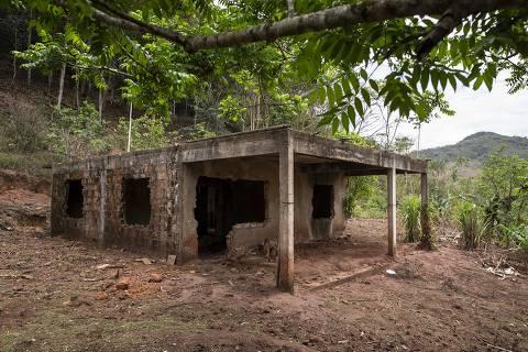 MARIANA - MG - BRASIL - 21.10.2020 - 12h00: 5 ANOS DA TRAGÉDIA EM MARIANA. Após 5 anos da tragédia em Bento Rodrigues, o distrito da cidade de Mariana está em ruinas, parecendo uma cidade abandonada. A reconstrução do distrito e a entrega das novas casas para as famílias atingidas foi prometida para o 2o semestre de 2020, o que não se cumpriu. O distrito de Paracatu, que também foi atingido pela lama da barragem, continua na mesma situação que Bento Rodrigues. (Foto: Adriano Vizoni/Folhapress, ESPECIAIS) *** EXCLUSIVO FSP ***