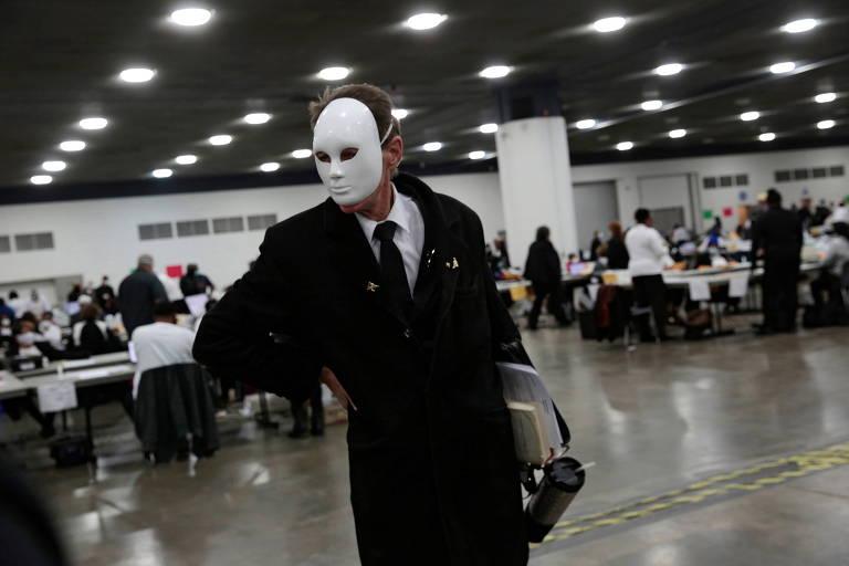 Cidadão causa distúrbio durante votação para presidente nos EUA usando uma máscara facial e reage ao ser removido pela Polícia de Detroit da cédula no TCF Center em Detroit, Michigan, no último dia 2 de novembro