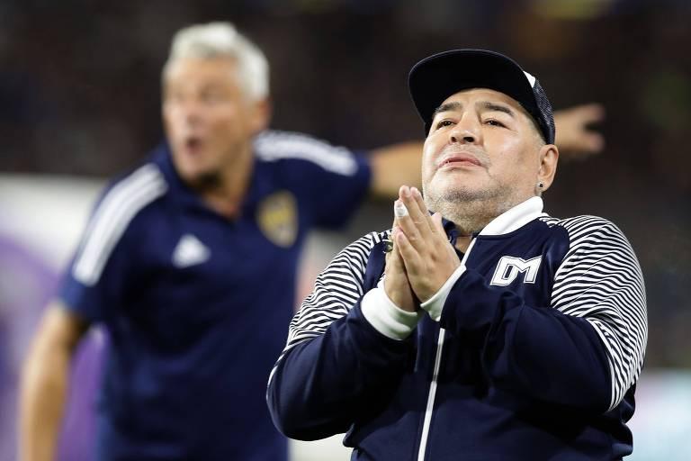 Maradona como técnico do Gimnasia y La Plata durante partida contra o Boca Juniors