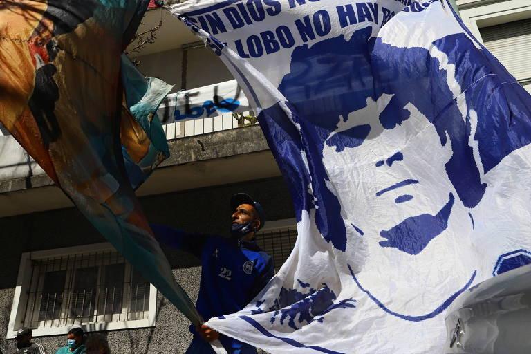 Bandeira com imagem de Diego Maradona em frente a clínica em La Plata