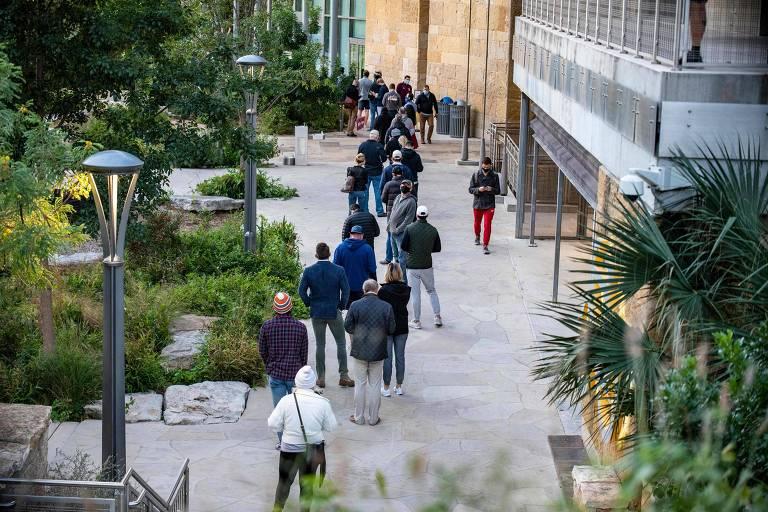 Eleitores fazem fila para votar em Austin, no Texas