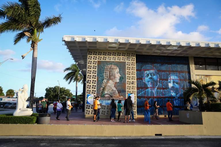 Eleitores fazem fila em frente à biblioteca John F. Kennedy, em Miami