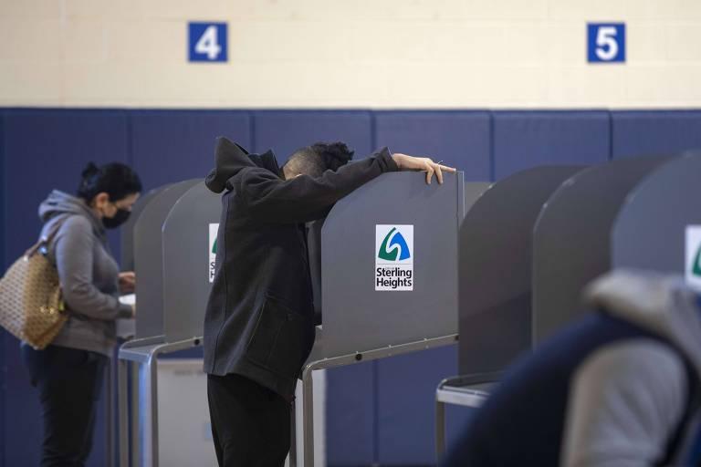 Eleitores preenchem cédulas em local de votação em Sterling Heights, em Michigan