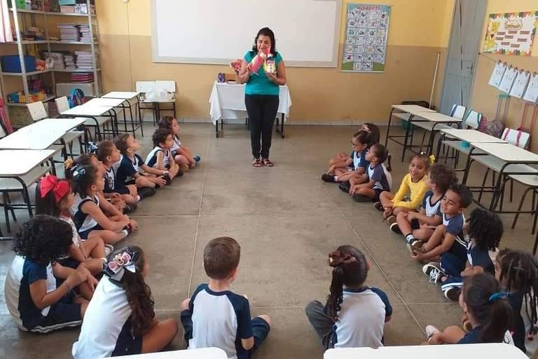 professora instrui crianças na sala de aula