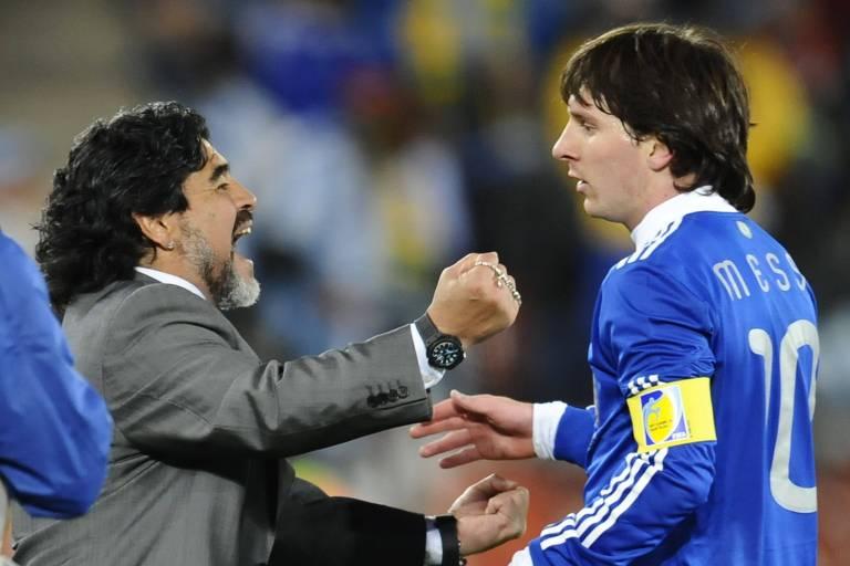 Lionel Messi comemora gol com o então técnico da seleção Maradona na Copa de 2010