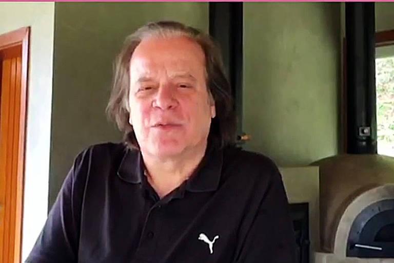 Chico Pinheiro aparece cabeludo na TV e internautas brincam: 'Parecendo um tiozão'