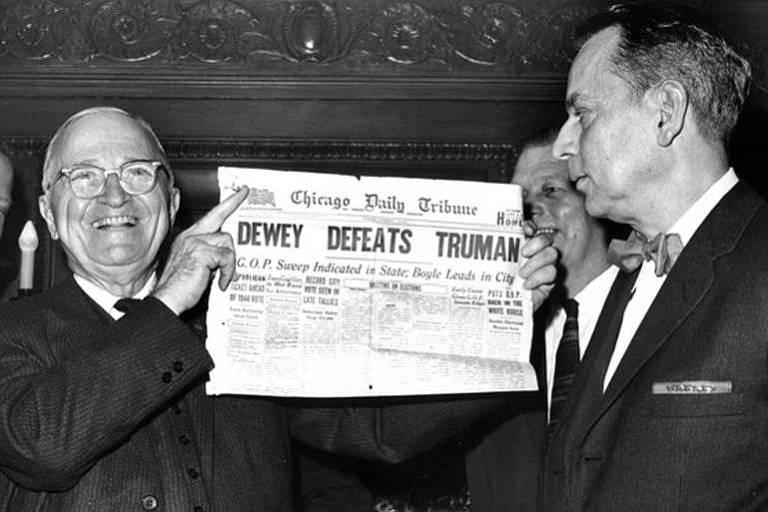 O presidente eleito em 1948, Harry Truman, exibe exemplar de jornal que anunciava equivocadamente sua derrota