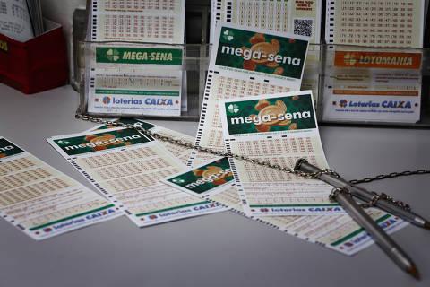 SAO PAULO, SP, BRASIL. 21.10.2020 - Fila de apostas e volantes da megasena e outras loterias em uma lotérica e Santana (foto: Rubens Cavallari/Folhapress, DICAS)