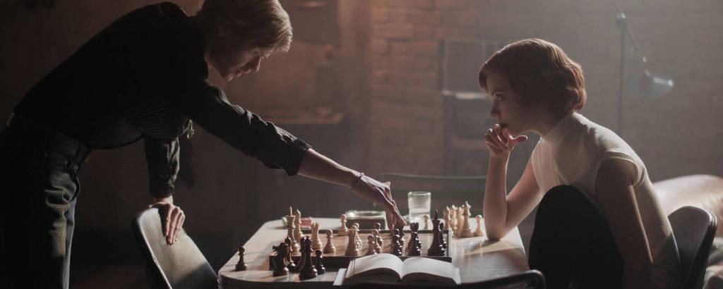 Thomas Brodie-Sangster e Anya Taylor-Joy em 'O Gambito da Rainha'