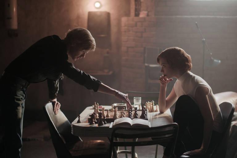 Thomas Brodie Sangster como Benny e Anya Taylor-Joy como Beth Harmon