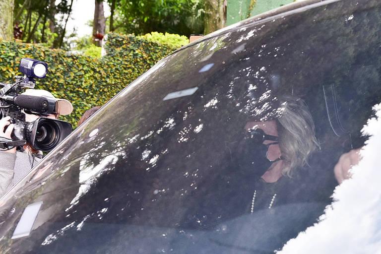 Ana Maria Braga deixa cemitério após enterro de Tom Veiga