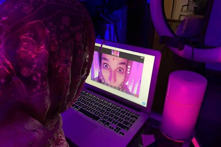 Atriz olha sua imagem numa tela de computador