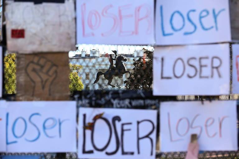 Vista da Casa Branca entre cartazes com a palavra 'perdedor', um dia depois das eleições presidenciais americanas
