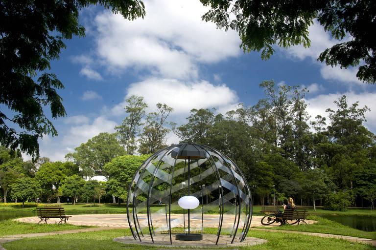 Instalação formada por arcos em esfera e uma espécie de bola de cristal no centro