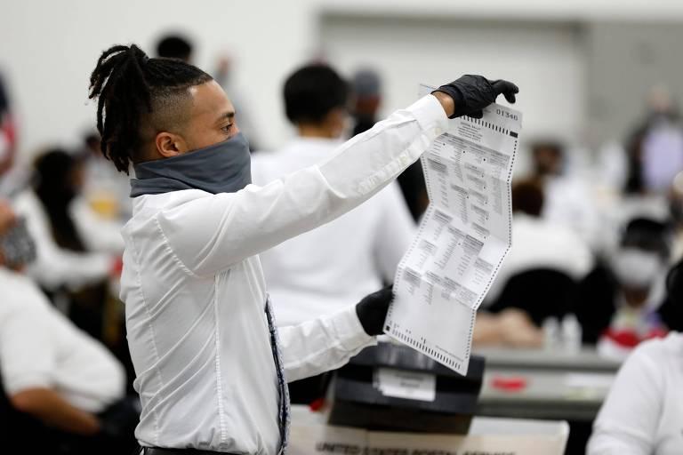 Funcionário participa da contagem de votos em Detroit, no estado de Michigan