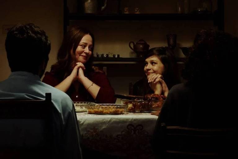 Guta Stresser e Thiessa Woinbackk, mãe e filha no filme, estão na mesa de jantar; elas olham uma para a outra