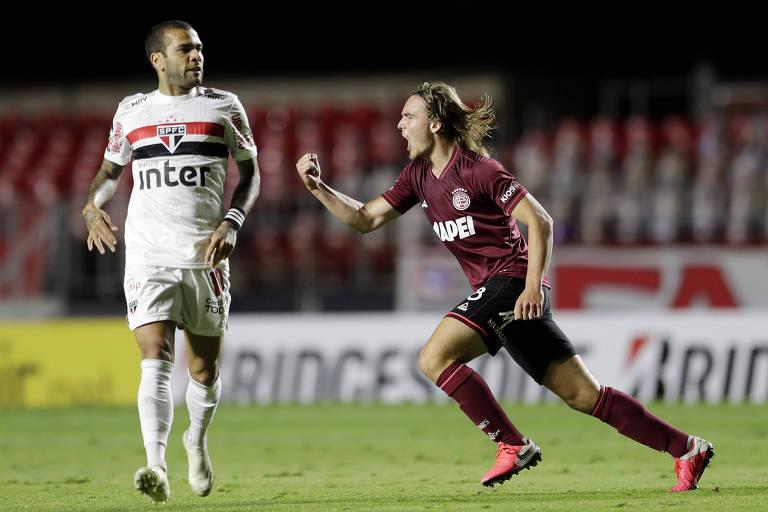 Pedro De la Vega comemora o primeiro gol do Lanús no Morumbi, ao lado do meia Daniel Alves