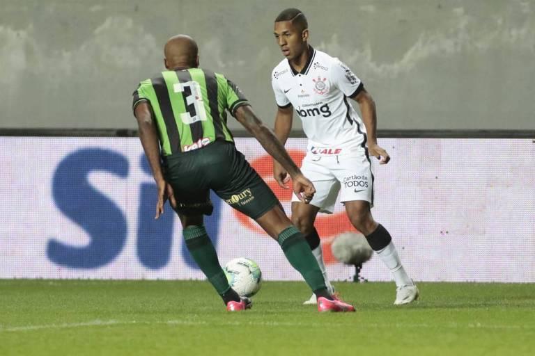 O atacante Matheus Davó carrega a bola contra a marcação do zagueiro Messias