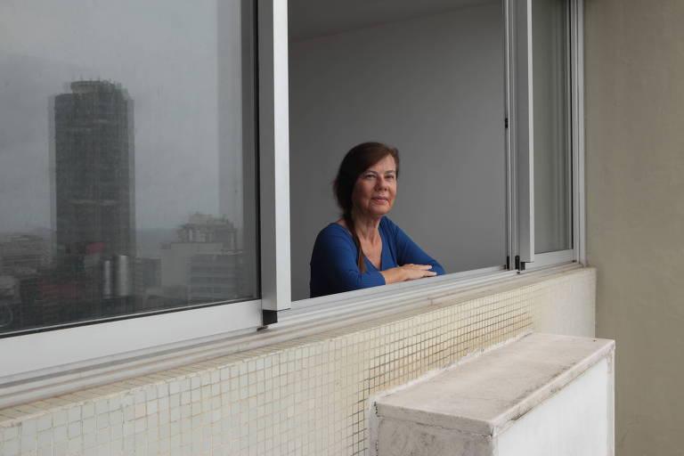 Mirian Goldenberg olhando por uma janela