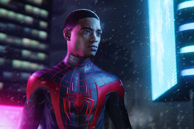 Homem negro vestido de homem aranha