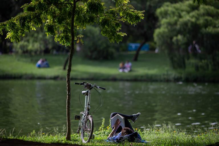 Visitante no parque Ibirapuera, em São Paulo, no primeira fim de semana de reabertura aos finais de semana