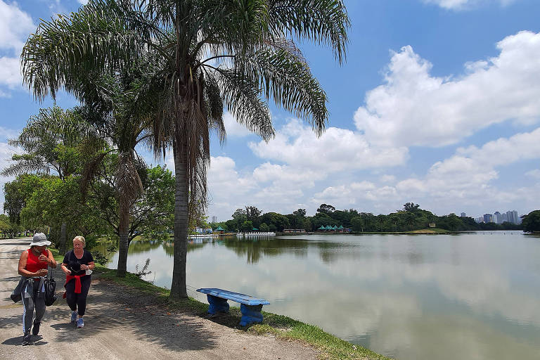 Visitantes caminham no Parque Ecológico do Tietê