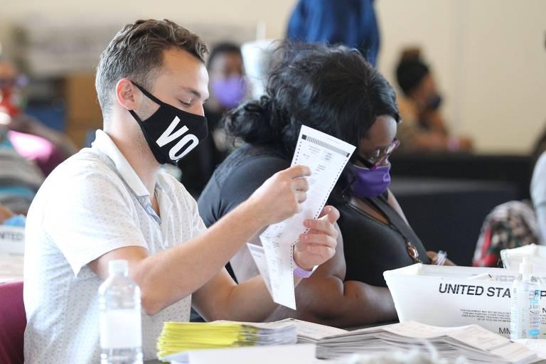 Funcionários eleitorais contam cédulas em Atlanta, na Geórgia