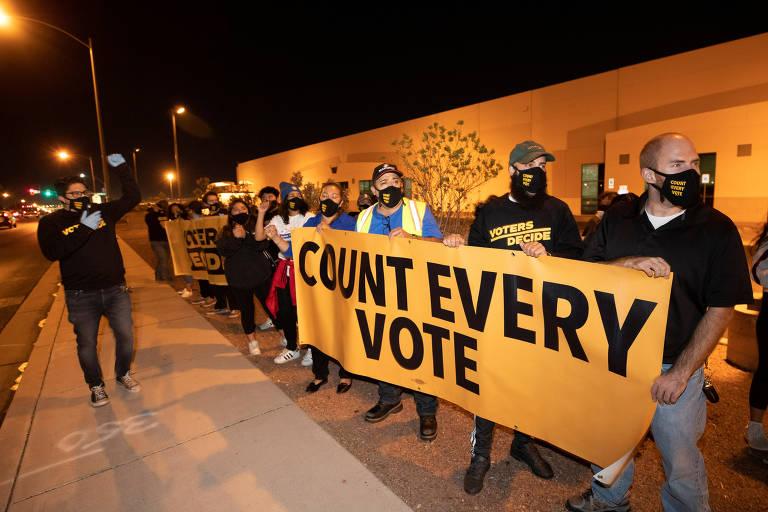 Protestos contra a contagem de votos e a favor da continuidade da apuração nos EUA