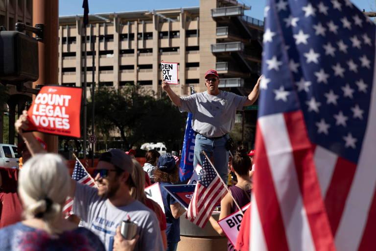 Apoiadores de Donald Trump vão às ruas de Phoenix, no Arizona, para protestar contra os resultados parciais das eleições