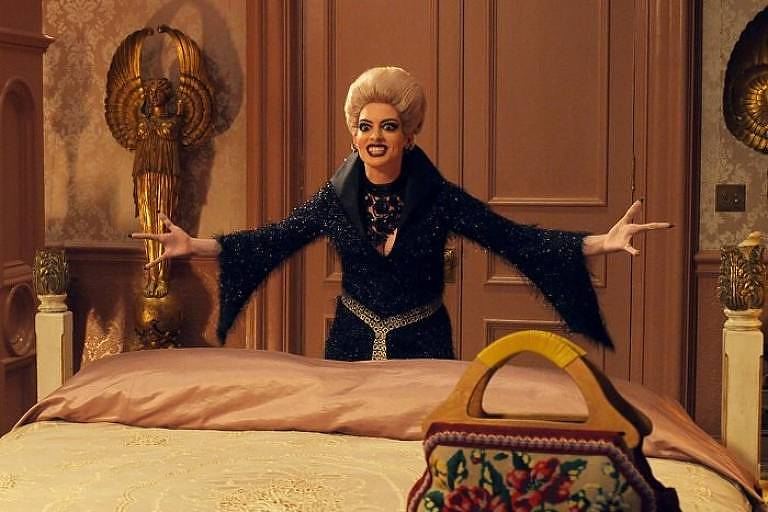 """Anne Hathaway em cena de """"Convenção das Bruxas"""""""