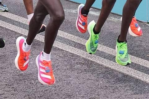 Atletas usam tênis da Adidas (rosa) e da Nike (verde) no Mundial de Meia Maratona 2020, na Polônia
