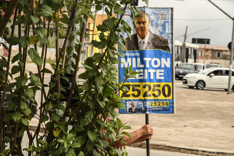 Cabo eleitoral segura material de campanha de Milton Leite