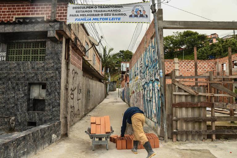 Faixa da família Milton Leite em frente a viela no bairro de Colônia, que passou por obras