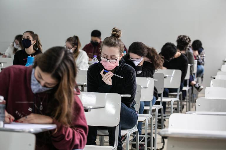 Alunos do cursinho Poliedro fazem simulado da Fuvest, em São Paulo, com máscaras e distanciamento de carteiras