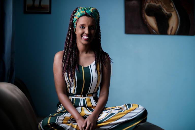 Nailah Neves Veleci sentada para retrato