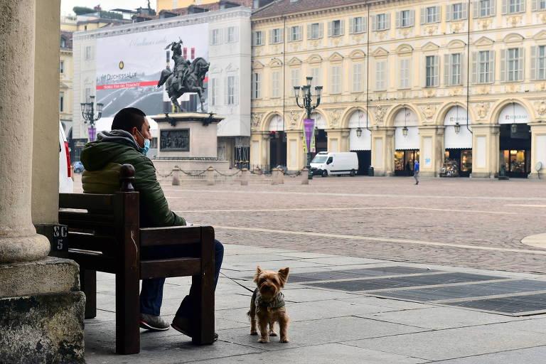 A Piazza San Carlo, em Turim, na manhã de sexta-feira (6). Com o repique da Covid-19, as ruas das cidades italianas voltaram a ficar desertas como no início da pandemia